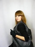 Fille avec un sac en cuir noir Photo stock