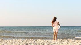 Fille avec un sac sur la plage clips vidéos