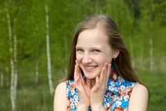 Fille avec un sourire contre de jeunes bouleaux photos libres de droits