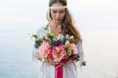 Fille avec un style de boho de bouquet de mariage Photographie stock libre de droits