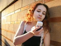 Fille avec un téléphone photo libre de droits