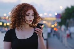 Fille avec un téléphone portable Photos stock
