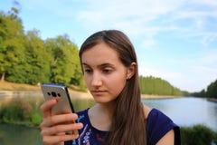 Fille avec un téléphone portable Photo stock
