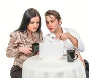Fille avec un type dans parler de café Photos stock