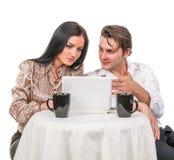 Fille avec un type dans parler de café Images stock