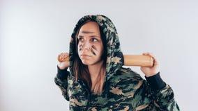 Fille avec une batte fille ou femme criminelle, jugeant la batte de baseball disponible sur le fond blanc Corps art sport et form photo stock