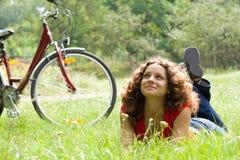 fille avec une bicyclette Photos libres de droits