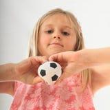 Fille avec une boule du football dans des mains Photos libres de droits