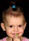 Fille avec une brosse à dents image stock