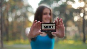 Fille avec une cassette dans des ses mains clips vidéos