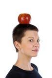 Fille avec une coiffure courte et pomme sur une tête Photographie stock