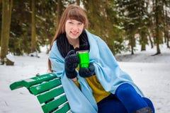Fille avec une couverture dans la rue en hiver Photographie stock