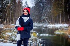 Fille avec une couverture dans la rue en hiver Images stock