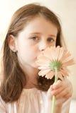 Fille avec une fleur Photos stock