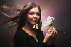 Fille avec une fleur photo libre de droits