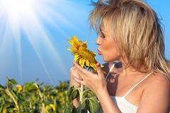 Fille avec une fleur dans le tournesol Photo stock