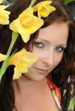 Fille avec une fleur jaune Image stock