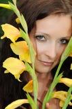 Fille avec une fleur jaune Photo stock