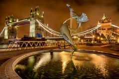 Fille avec une fontaine de dauphin à Londres, R-U Photos libres de droits