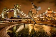 Fille avec une fontaine de dauphin à Londres, R-U Photographie stock libre de droits