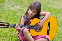 Fille avec une guitare images stock