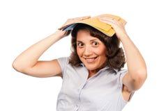 Fille avec une pile de dépliants de papier sur sa tête Image libre de droits