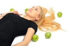 Fille avec une pomme verte Photos libres de droits