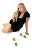 Fille avec une pomme verte Image libre de droits