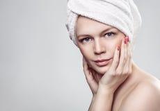 Fille avec une serviette sur sa tête après un traitement de station thermale Photo libre de droits