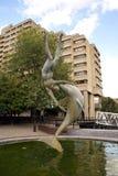 Fille avec une statue de dauphin à Londres, Angleterre, l'Europe images stock