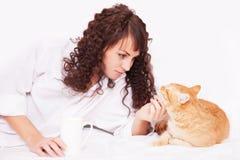Fille avec une tasse de café et de chat rouge Images libres de droits