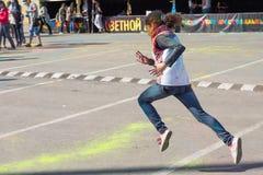 Fille ayant l'amusement au festival de couleurs Photos libres de droits