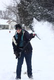 Fille ayant l'amusement avec le déblaiement de neige Images libres de droits