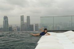 Fille ayant l'amusement dans la piscine Photographie stock