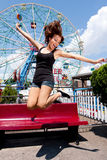 Fille ayant l'amusement dans le parc d'attractions Photos libres de droits