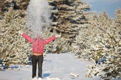 Fille ayant l'amusement en forêt de l'hiver Photographie stock libre de droits