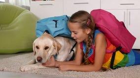 Fille ayant l'amusement habillant son chien pour l'école clips vidéos