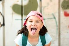 Fille ayant l'amusement prenant le selfie photographie stock