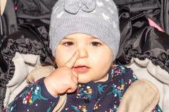 Fille Bébé capuchon configuration drôle Enfant infant images libres de droits