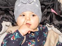 Fille Bébé capuchon configuration Enfant drôle infant images stock
