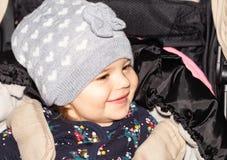 Fille Bébé configuration drôle capuchon Enfant infant image stock
