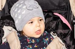 Fille Bébé configuration drôle Enfant capuchon infant photographie stock