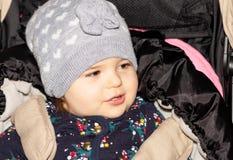 Fille Bébé configuration drôle Enfant infant capuchon photos libres de droits