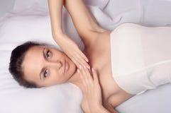 Fille bénéficiant d'une demande de règlement saine de peau Images stock