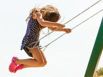 Fille balançant sur l'oscillation-ensemble Photographie stock libre de droits