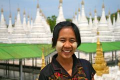 Fille birmanne de sourire Images stock