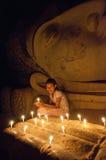Fille birmanne pour payer son respect à la statue de Bouddha images stock