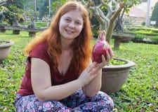 Fille blanche dodue tenant un pitahaya exotique de fruit tropical photos libres de droits