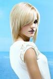 Fille blonde à la mer Image libre de droits