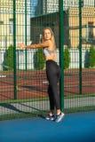 Fille blonde à la mode avec l'habillement de port de sport de corps parfait images stock